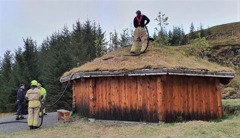 Brannvesenet kom etter hvert til Steinfjorgrillen og gjorde etterslukking.