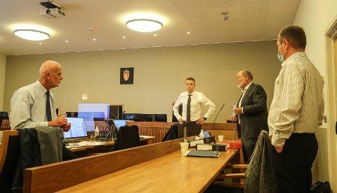 TAR IGJEN: Med advokatene Tomm Berger og Aslak Førde slår Yngvar Sommerstad (i midten) tilbake i rettssaken anlagt mot ham. Til høyre Paal Erik Dalaasen fra MEU.