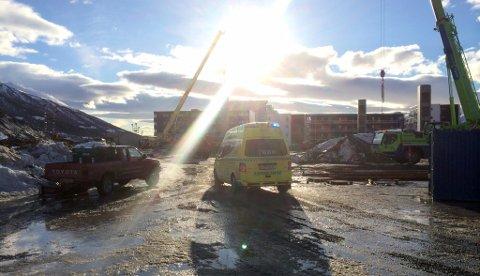 NØDETATER PÅ PLASS: Ulykken har skjedd ved en byggeplass langs Strandveien i Tromsø. Foto: Stian Saur
