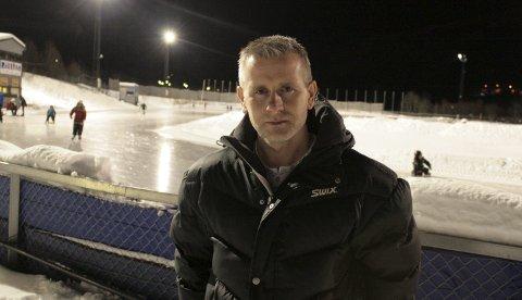 Geir Arne Førde i Tromsø Skøyteklubb håper at politikerne sier nei til forslaget fra administrasjonssjef Britt Elin Steinveg i Tromsø kommune om å legge ned kunstisbanen i Tromsdalen.