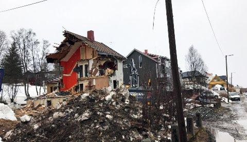 RIVING PÅGÅR: Det gamle murhuset som har stått på tomta i en årrekke, saneres nå med jorda.