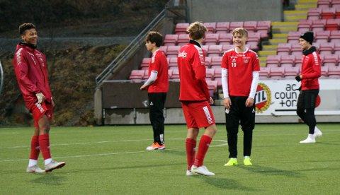 GLADE GUTTER: 15 år gamle Bryan Fiabema (t.v.) og 14 år gamle Isak Hansen-Aarøen (nummer to f.h.) på trening med TILs A-spillere onsdag. I bakgrunnen ser man blant annet Sigurd Grønli og Mikael Norø Ingebrigtsen.