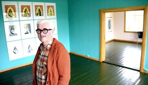 FRA HANDEL TIL KUNST: I den gamle hovedgården I Vesterålen er det nå kunst som pryder veggene. Kåre-Bjørn Kongsnes bruker mindre tid på næringslivsprosjekter og mer mer tid på å bringe store samtidskunstere til Jennestad og Vesterålen.