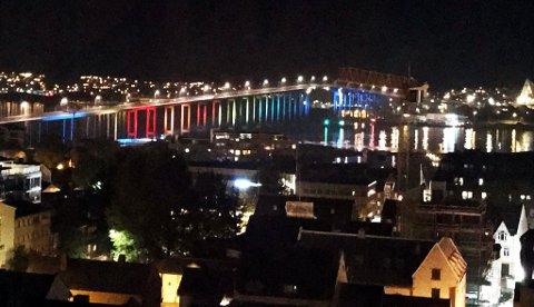 Onsdags kveld ble det kjørt full pakke med lys i alle regnbuens farges på Tromsøbrua. Foto: Siren Linderup