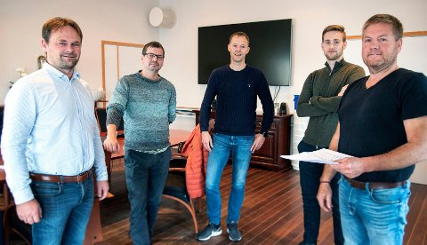 SIGNERT: Stig Myhre (til høyre) i Fisheraquaservice og rederiet Stig Harry med den nye kontrakten med SBH Emilsen Akvamiljø (SEA). Fra venstre konsernsjef Svein-Gustav Sinkaberg (SinkabergHansen), daglig leder Roy Emilsen (Emilsen Fisk), styreleder Tore Bratland (SEA) og Gøran Myhre (FAS).