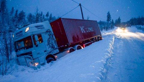 Denne traileren sto godt parkert utenfor Fylkesvei 34 nord for Hov onsdag ettermiddag.