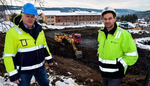 SYKEHJEMSTOMTA: - Det er engasjert geotekniker for å løse utfordringen med silt i grunnen på sykehjemstomta, opplyser Gunnar Bakken (t.v.) i Consto AS og Henrik Hvattum i Søndre Land kommune.