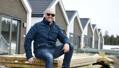 VINNERKONSEPT: Daglig leder Anders Amund Balke Hveem i Norgeshus EH Bolig AS foran enebolig-kjeden på Skundbergjordet på Raufoss. Arkivbilde