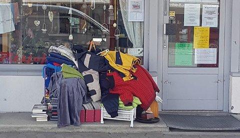 SØPPELHAUG: Noen har igjen satt igjen det som betegnes som søppel utenfor hos Røde Kors i Storgata på Dokka.