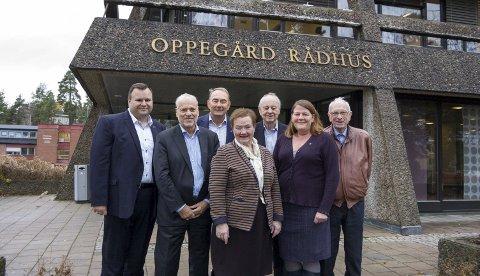 Blå samling: Her er samtlige Oppegård-ordførere siden 1968 samlet, med unntak av den første, avdøde Rolf Presthus. F.v. Thomas Sjøvold, Jan Petersen, Gunnar Melgård, Tore Haugen, Bjørn Kristiansen, Sylvi Graham og Ildri Eidem Løvaas.