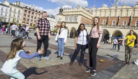 På Plass(en): De fire Follo-studentene passerer daglig Rynekplassen i Krakow, som ble anlagt i 1257. Det er fra venstre Martin Vinje, Ysamin Najafan, Lourdes N. Kaythampillar og Helene R. Vinorum.