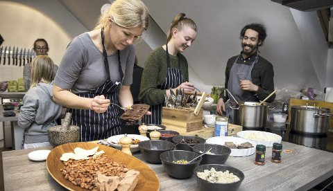 For enhver smak: Kristin Braathen fra Kråkstad har fylt sjokoladen i former og her kan hun velge smakstilsetning.