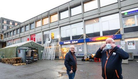 Bjørn Vidar Østlid (tv) har jobbet i Sentrumsbygget siden han var tenåring. Både han og Rolf Eriksen synes plasseringen til Jernia-butikken er perfekt.