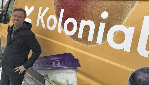 GUL SUKSESS: De gule bilene med Kolonial-logoen er lett gjenkjennelige og ofte å se rundt omkring på Østlandet. Vegard Vik fra Siggerud er en av selskapets grunnleggere. – Vi vokser raskere enn noensinne, konstaterer han. Foto: Rolf-Otto Eriksen