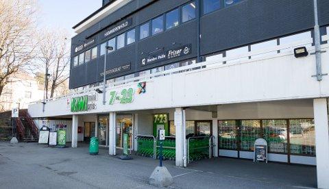 PÅBYGG: Utspringet, som er inngangspartiet til bedriftene over Kiwi, vil bli integrert i taket til Kiwi-butikken etter utvidelsen. Foto: Bjørn Sandness