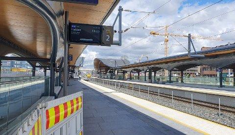 ARBEID: Østfoldbanen stenger i pinsen.