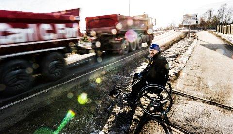 KOMMERE FORT: Dette er hverdagen for Jens Arne. Vogntog og biler som dundrer forbi mens han venter på en luke så han kan ta sjansen på å krysse Elveveien.
