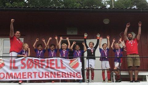 10-ÅRINGENE: Fra venstre: Trener Pawel, Tobias, Sina, Masrour, Sander, Samah, Nicklas, Jacob B, Jacob B og trener Eirik.