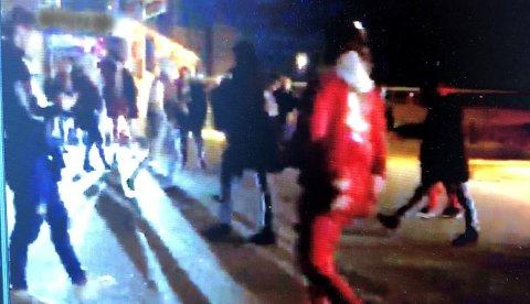 KAOTISK: Stemningen var amper og det flere slåsskamper samtidig på Fokserød 20. april i fjor. Dette er et stillbilde fra en av videoene som ble vist i retten.