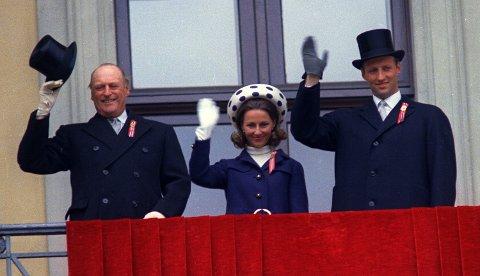 I år er det 50 år siden dronning Sonja vinket til barna fra slottsbalkongen for aller første gang. Arkivfoto: NTB scanpix