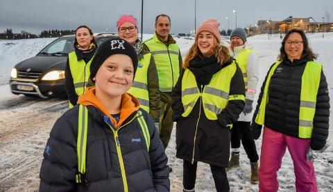 BRUK REFLEKS: Per Midthun (12) er elevrådsleder ved Ydalir. Sammen med FAU oppfordrer han barna til å bruke refleks, og de voksne til å kjøre forsiktig. Bak fra venstre: Linda Druglimo, Pernille Svenkerud (nestleder), Tony Platek, Silje Aunmo (leder), Ksenia Nikulina og Elisabeth Lillegrend.