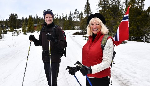 UT PÅ TUR: Irene Jarle og sønnen Tommy Jarle fra Elverum tok turen til Budor for å feire 17. mai med ski på beina og sol i ansiktet.