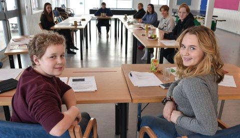 STØTTE: Simen Hagen Korsbakken og Anneli Velle Opsahl sammen med resten av BUK har fordelt 30.000 kroner i tilskudd.