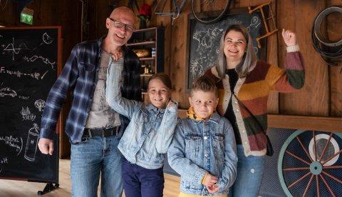 FØRST UT: – Skikkelig gøy, sier Iris Hansen (10) etter en dag som testpilot på Hunderfossen, sammen med resten av familien: Erik (42), Linn-Therese (35) og Leander (8).