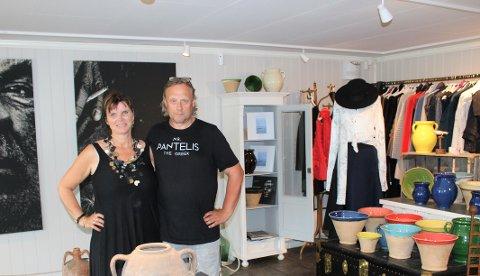 Torunn Beate Berge og Svein Rosseland i butikken på Tjøme. Svein med t-skjorte
