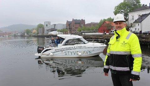 «GOOGLE MAPS UNDER VANN»: Driftssjef i Grenland Havn, Torben Jepsen, poserer villig foran  Styvehavn-gutta Frank Bakken og Henrik Halvorsen, som kartlegger sjøbunnen langs kaifrontene i elva.
