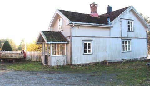 Kommunedirektøren innstiller på at hovedhuset på Sundbykåsa gård rives, som et ledd i å utvikle området til allmenn fritidsbruk som lekeplass, rideaktiviteter og klatrepark. Hovedhuset er i meget dårlig forfatning med råteskader og skadedyr.