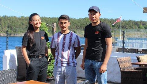 BLE KONTROLLERT: Staben ved restauranten Soi5 i Langesund fikk skjenkekontrollen på besøk. Fra venstre daglig leder Nil Boonphong med servitørene Hussein Haidari og Zabi Rafie. Det var i begynnelsen av juli at restaurantdriften ved Soi5 ble åpnet for sommeren.