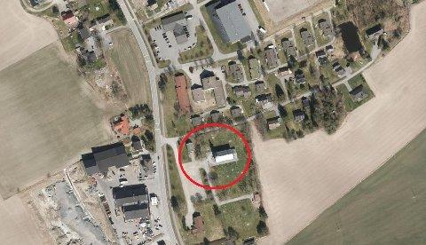 Sagaveien ved Degernes kirke (innringet) blir tidvis brukt til å parkere i når det er mye folk i kirken.