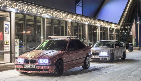 Disse to bilene har vært å se i bybildet de siste dagene, innpakket i julepapir.
