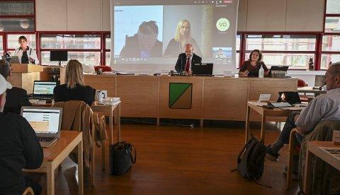 Ordfører Geir Waage (Ap) i Rana forventer at Helse Nord ved administrerende direktør Cecilie Daae (på talerstolen) og styreleder Renate Larsen (på skjermen) samt Helgelandssykehuset ved styreleder Arne Benjaminsen, også på storskjerm, blir aktive medspillere for å utvikle Helgelandssykehuset på hele Helgeland. Ranaordføreren ser fram til å komme i dialog med ny helseminister og partifelle Ingvild Kjerkol, blant annet om dette. Varaordfører Anita Sollie (H) til høyre. Foto: Øyvind Bratt