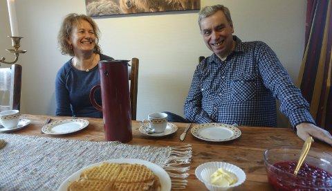 Tar sjansen i Hovin:  Kitty Larsen og  Asbjørn Sauro satser sammen på Fjellblikk kafé i Hovin. –  Her skal det alltid være nyrørt syltetøy til vaflene, lover de ferske kafévertene.