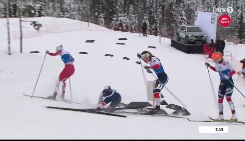 HER GÅR DET GALT: Tiril Udnes Weng (nummer sju) kommer borti ski av stav til tvillingsøter Lotta. Amalie Håkonsen Ous rett bak kom seg unna klubbvenninnenes fall. SKJERMDUMP: NRK