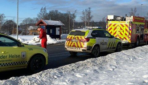 Ulykkesstedet: Brannvesenet, politiet og ambulansepersonell er på plass der ulykken har skjedd ved Skedsmo senter.