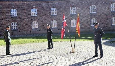 OFFISIELT: Seremonien ble holdt i Borggården på Oscarsborg. Oberstløytnant Knut Thorvaldsen (t.v) holdt den offisielle talen, og gjorde honnør til den nye kommandanten, flankert av Oberst Bent Martin Jahre. Fotos: Innsendt