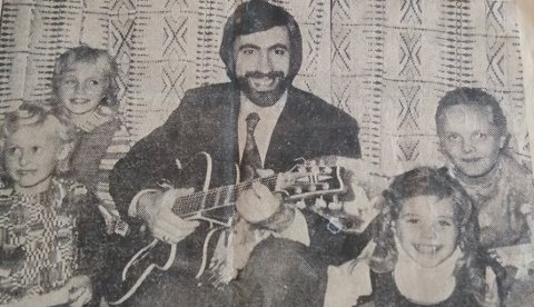 Kate Guldbrandsen  nederst til høyre den gang hun sju år gammel sang på samfunnshuset. På gitar: Terje Finnerud.