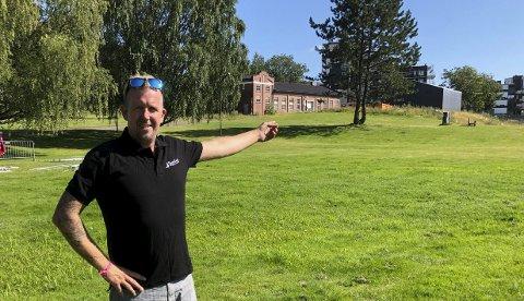 Velkommen: Arrangør Kjetil Børdalen-Elstad ønsker publikum velkommen til festival på gressplenen ved NJB.