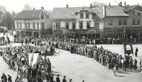 Oppstilling på Torvet til 17. mai toget. Bildet er tatt på 1950-tallet.