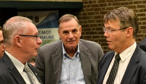 SIGNATURER: Nils Ingar Aabol (Ap, i midten) fikk ikke med seg Tor Steinar Mathiassen (H, t.v.) og Bror-Lennart Mentzoni (KrF) på en helhetlig plan før det tillates utbygging i Nedre Movei. – Høyre ønsker bare å sette sin signatur på vårt forslag, sier Aabol.