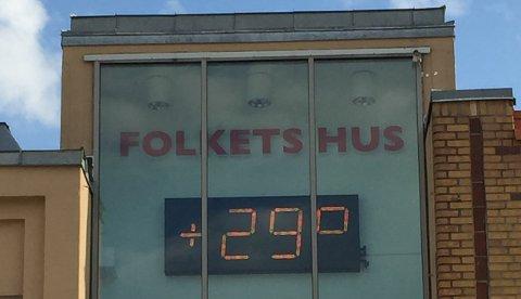 VELDIG VARMT: Et samtaleemne torsdag var varmen. Den slo i alle fall til. det var 29 grader på Torget i 18-tiden. FOTO: Vibeke Bjerkaas