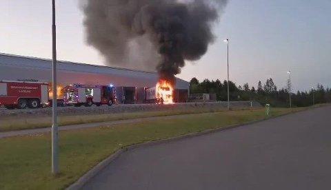 Brann i semitrailer på Ringdalskogen tirsdag kveld.