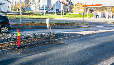 SYNKER: På grunn av vannlekkasjen i Borregaardsbakken sist uke er det fremdels ikke asfaltert i retning Olav Haraldssons gate.