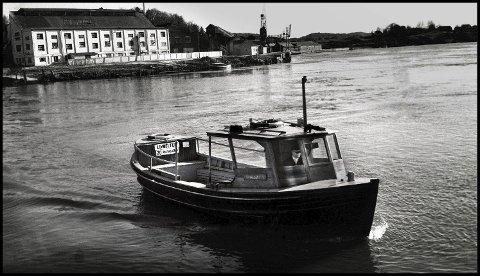 Før: 1974. Dette er året før undertegnede begynte som freelancer i Sarpsborg Arbeiderblad. Jeg gikk jo mye rundt og fotograferte for meg selv, helt fra jeg var en 13-14 år gammel. I Sannesund hadde jeg jo lekt mye i barndommen. Og ferga var jo et yndet motiv. Denne ferga gikk mellom Sundløkka og Sannesund. 20 passasjerer tok den, og den gikk ut hele 1978, for da var den nye bil- og gangbrua ferdig.