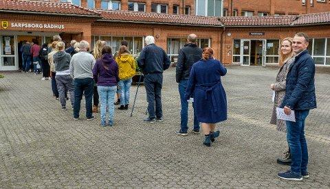 Det var til tider lange kø utenfor rådhuset mandag ettermiddag.