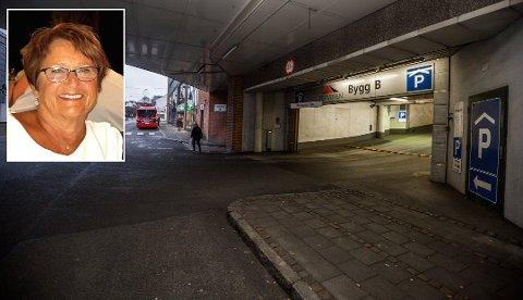 FRUSTRERT: Torill Jahren fra Askim (innfelt) er oppgitt over det hun synes er veldig dårlig kundeservice fra parkeringsselskapet som har ansvaret for parkeringshusene i Torvbyen.