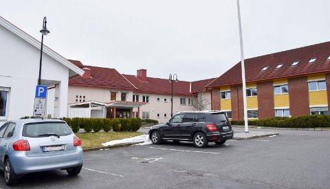 Munnbind: Fra søndag kveld var det påbudt å bruke munnbind for ansatte på Løkentunet i Askim og de andre sykehjemmene i Indre Østfold kommune.